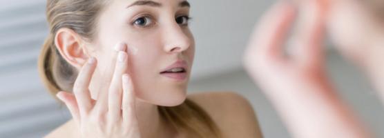 Theo bạn nên bôi kem trị mụn trước hay kem dưỡng trước?